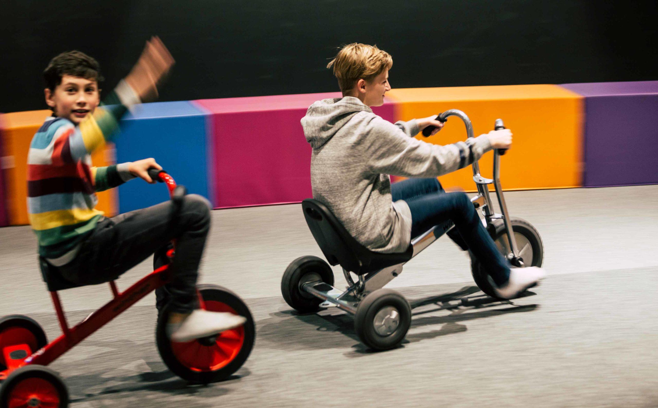 Indoor Motorik Parcours, zwei Kinder, Ökopark Hartberg