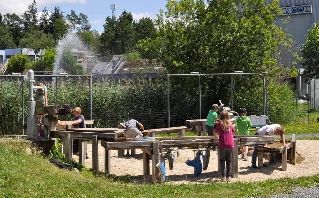 Wasserspielplatz am Ökopark im Sommer