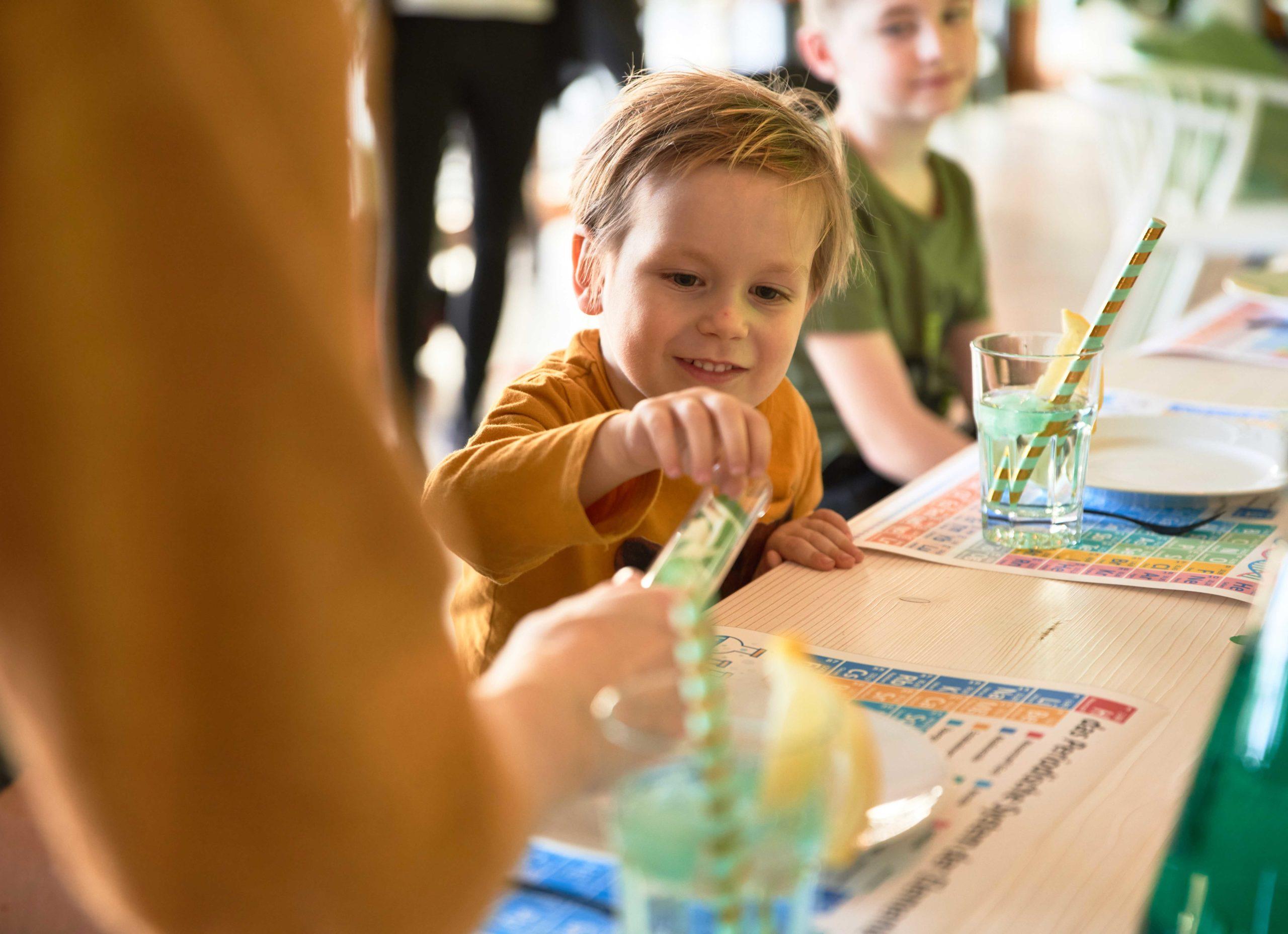 Kind beim Süßigkeiten essen bei der Science Birthday Party