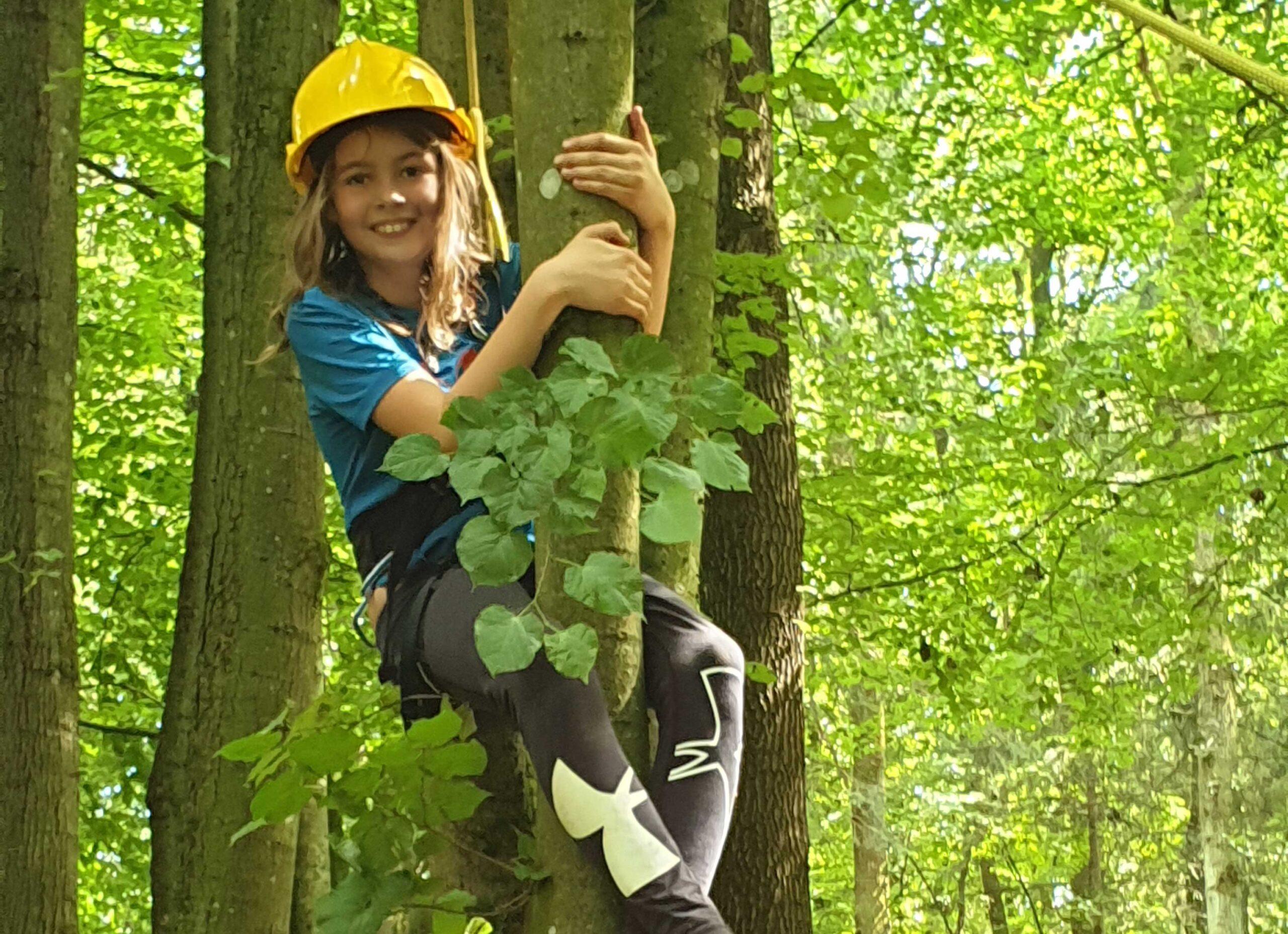 Dschungelcamp Kind klettert am Baum am Oekopark