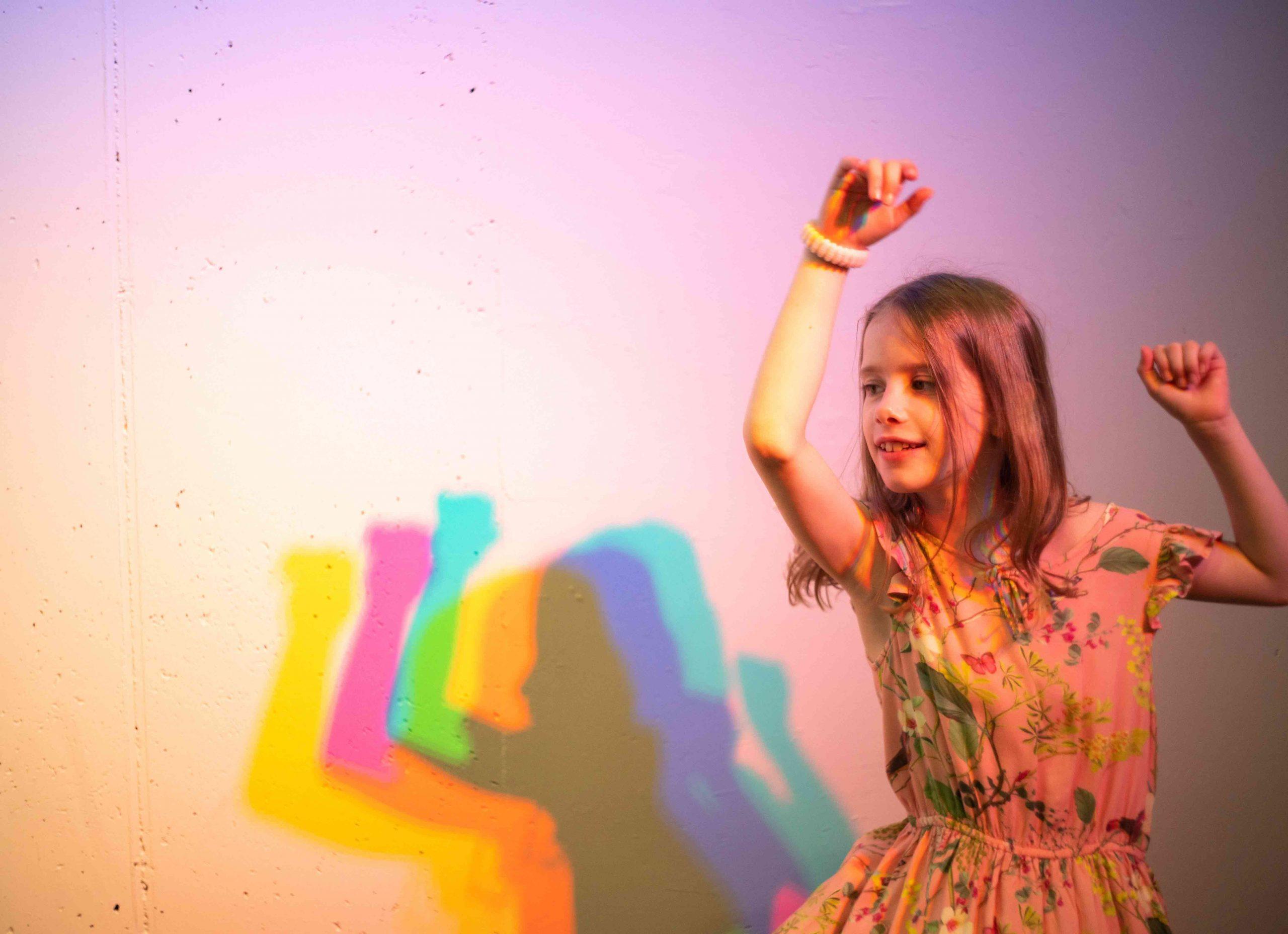 Experimentarium Buntschatten Kind tanzt