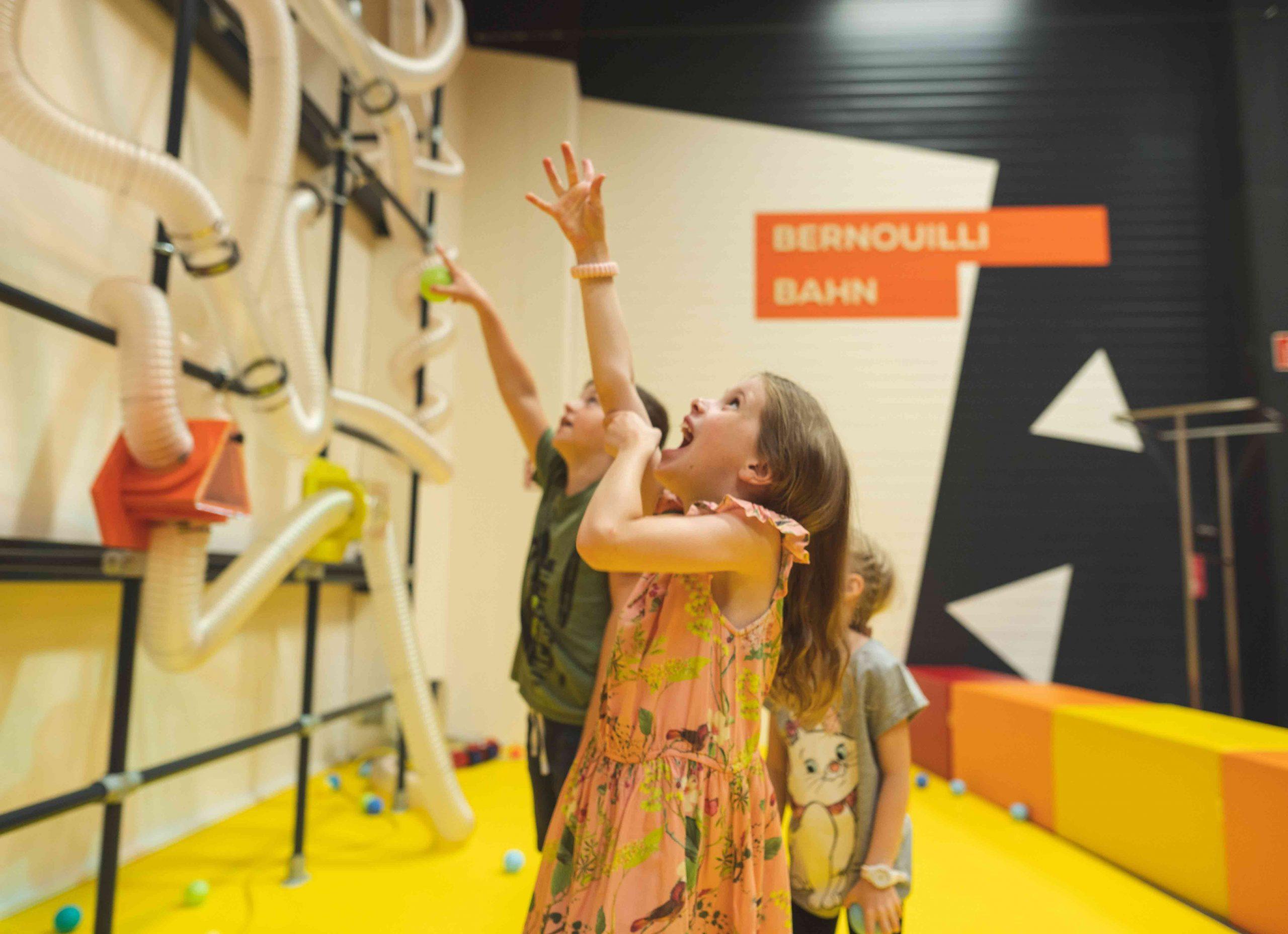 Experimentarium Kinder spielen an der Bernoulli Bahn
