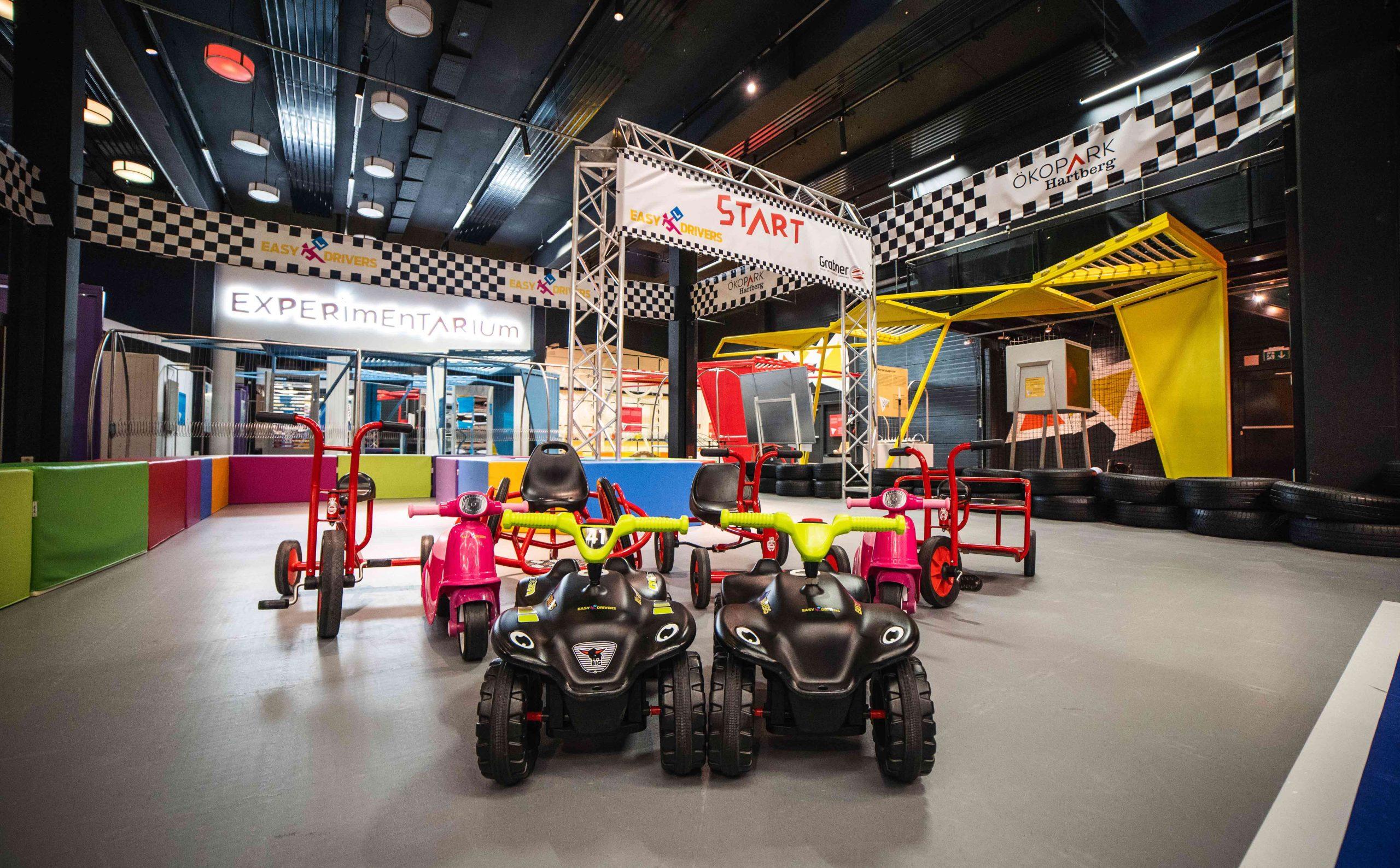 Indoor Motorik Parcours neugestaltet Fahrzeuge